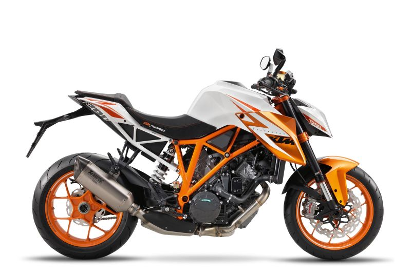 The english driving school Berlin Oscar offers his new bike - Ktm Duke 690 - . There is no more fun!